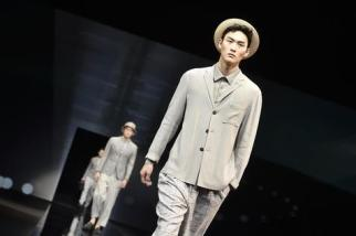 A model presents a creation from the Spring/Summer 2017 Menswear Collection of Italian fashion house Giorgio Armani during the Milan Men's Fashion Week, in Milan, Italy, 21 June 2016. The Milano Moda Uomo runs from 17 to 21 June. ANSA/FLAVIO LO SCALZO