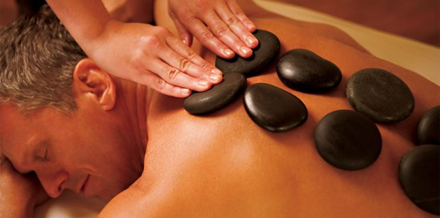 homem-recebendo-massagem-pedras-quentes