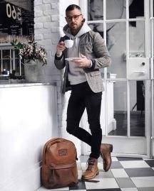 Moletom conbinado com blazer xadrez e calça de sarja.